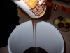 Rein den Hefe-Malz-Extrakt in den Bottich